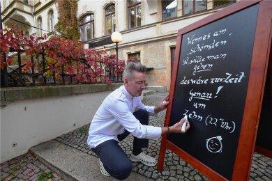 """Mit einem Reim versucht Barkeeper Nico Kunz seine Gäste bei Laune zu halten. Er betreibt seit 17 Jahren die Maroon-Bar auf dem Kaßberg. Viele seiner Gäste wohnen im Stadtviertel. """"Davon profitiere ich jetzt"""", sagt er. """"Viele meiner Gäste kommen gleich nach der Arbeit auf einen Cocktail in die Bar."""""""