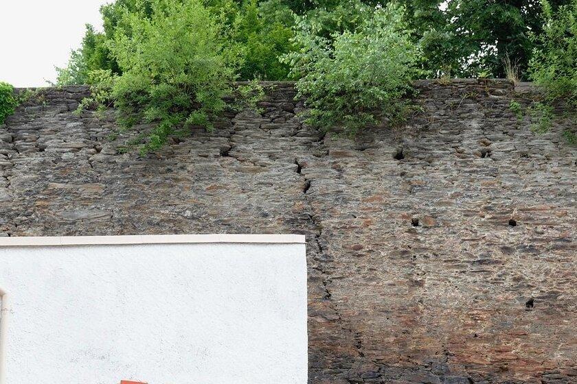 Risse und Ausspülungen in der Burgmauer. Im Winter fielen Steine auf ein Nebengebäude der Eisdiele herab.