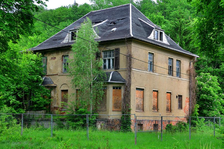 Für die Zukunft der baufälligen einstigen Kommandantenvilla des ehemaligen KZ Sachsenburg gibt es neue Ideen. Damit hofft die Stadt auf Fördermittel für die geplante Gedenkstätte.