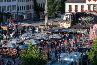 Bei herrlichem Sommerwetter war das Rochlitzer Streetfood-Festival am Samstag bestens besucht. An 23 Ständen boten Händler Kulinarisches aus vielen Ländern an. Zur Unterhaltung der Gäste gab es ein vielfältiges Bühnenprogramm.