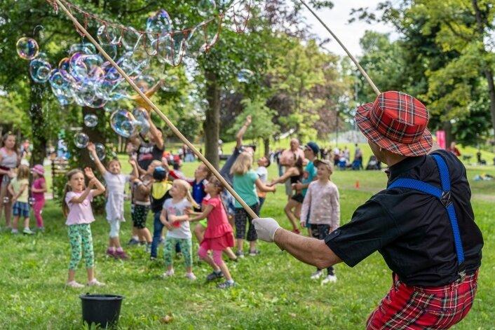 Clown Lulu Lustig bespaßt Kinder mit Seifenblasen.