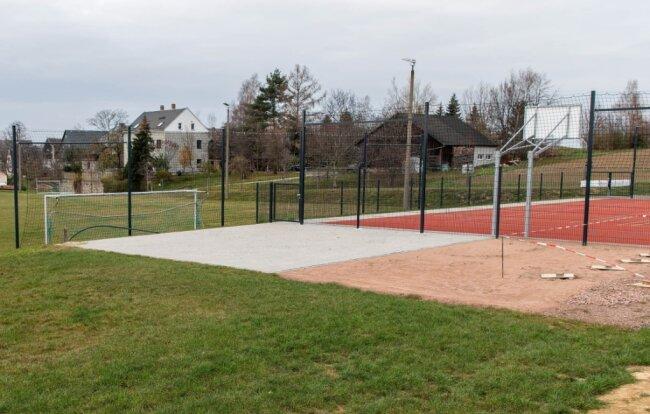 Auf der Grünfläche hinter dem Multifunktionsplatz am Sportplatz Milkau sollen Beachvolleyballplätze gebaut werden.