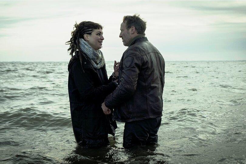 """Nass und unerfreulich wird es für die Hauptfiguren im """"Tatort"""", hier Kommissar Falke (Wotan Wilke Möhring) und Imke Leopold (Franziska Hartmann)."""
