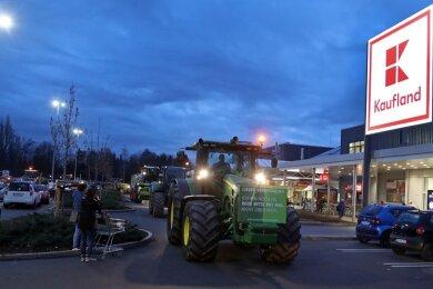 21 Traktoren fuhren am späten Mittwochnachmittag über den Kaufland-Parkplatz an der Waldenburger Straße in Glauchau.