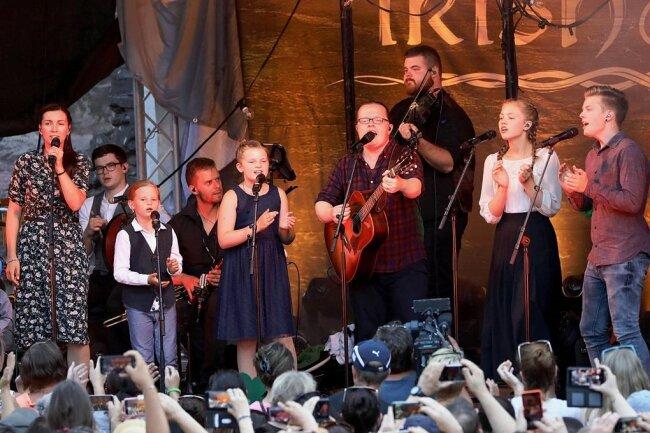 """Fast wie früher, jetzt nur mit den eigenen Kindern unterwegs: Angelo Kelly mit Gitarre und seiner Familie auf deraktuellen """"Irish Summer Tour"""" - hier machten sie in Wertheim Station."""