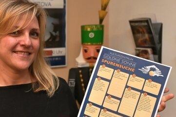 Kulturmanagerin Katja Reichert präsentiert den Fragebogen zur Schneeberger Geschichte.