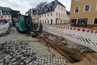 In der Zschopauer Innenstadt prägt eine Baustelle die Szenerie. Dort werden mithilfe eines Bohrspülverfahrens Glasfaserkabel verlegt.
