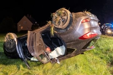 Das Auto blieb auf einer Wiese neben der B 169 auf dem Dach liegen.