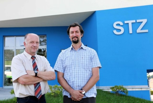 "<p class=""artikelinhalt"">Klinikum-Geschäftsführer Knut Hinkel (links) und Augenarzt Simo Murovski vor dem Eingang zur neuen Praxis. </p>"