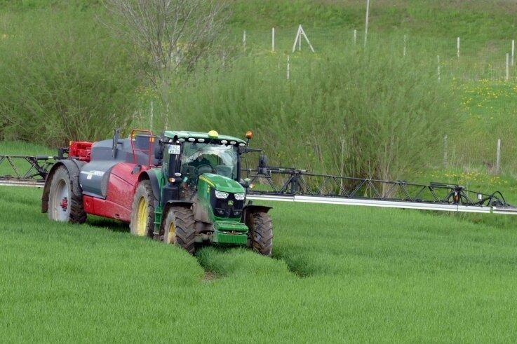 Auf diesem Feld beim Wolkensteiner Ortsteil Falkenbach wird ein flüssiges Pflanzenschutzmittel aufgebracht, das die Getreidehalme stabilisieren und ihnen mehr Standfestigkeit geben soll.