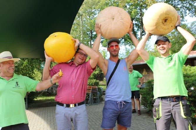 Von links: Achim Schulz (links) mit dem kleinsten Kürbis, Mehrfachgewinner Andy Reißaus, Sieger Willi Roth und Andre Merz.