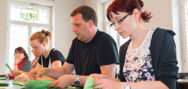 Auszählen im Akkord: Juliane Kral, Andreas Schubert und Franziska Rauschenbach (von rechts) haben in Schneeberg Stimmzettel ausgewertet.