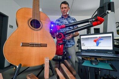 Mit einem 3-D-Laser scannt Christian Gütter vom Institut für Musikinstrumentenbau eine Thermoholz-Gitarre im Labor des Instituts. Die Wissenschaftler gehen auf die Suche nach Ersatz für altbewährte Materialien.