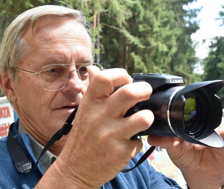 Nie ohne Kamera unterwegs: Lubys Ex-Bürgermeister Jan Kreuzinger, einer der Väter des Grenzfestes.
