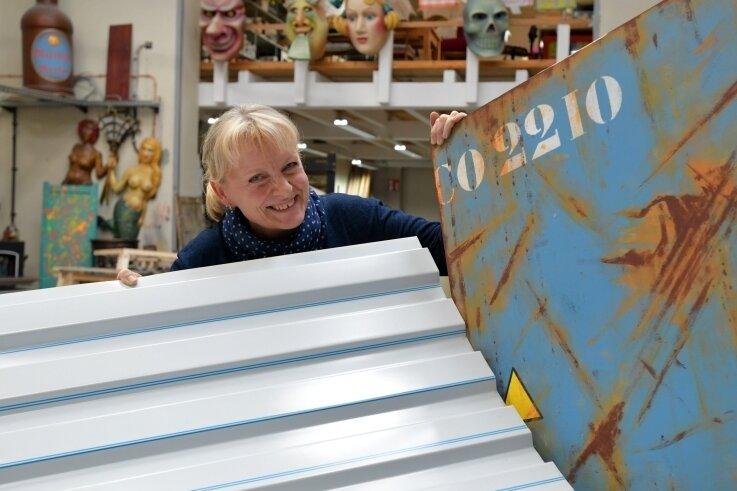 Im Malsaal des Mittelsächsischen Theaters zeigt Theatermalerin Karin Freiwerth einen Vorentwurf sowie ein Trapezblech.
