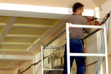 In der Geschwister-Scholl-Mittelschule in Auerbach schlitzen Handwerker derzeit die Wände in den Fluren auf, damit die Elektrik neu verlegt werden kann.