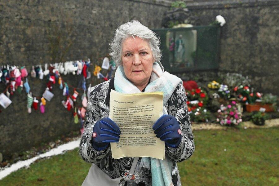 Die Irin Winnifred Carmel Larkin gehört zu jenen, die überlebt haben. Die Irin wurde 1949 im St. Mary's-Heim in Tuam geboren und blieb für fünfeinhalb Jahre, bevor sie zu einer Pflegefamilie kam. Hier steht sie an der Stelle, an der man vor wenigen Jahren ein Massengrab entdeckte.