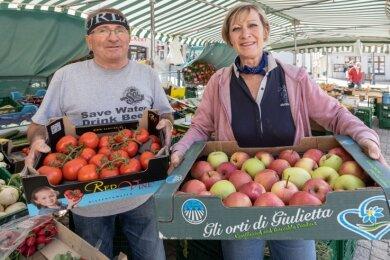 Frank und Ute Schreiber verkauften am Freitag zum letzten Mal auf dem Wochenmarkt in Annaberg. Christian Eberhardt von der Stadtverwaltung ist aber guter Hoffnung, dass ein anderer Händler das Sortiment weiterführen wird. Wenn alles klappt, dann schon ab dem heutigen Dienstag.