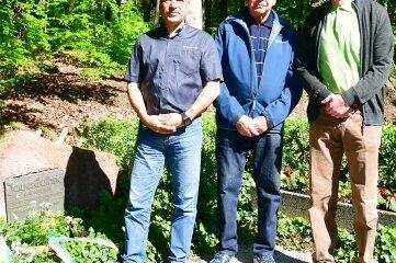 Olsen Hänel, Bernd Riedel und Wolfgang Paternoga (v. l.) legen am Guthriestein Gebinde nieder.