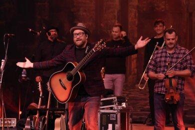 Musiker Gregor Meyle und seine Band beim umjubelten Konzert im Naturtheater Bad Elster.