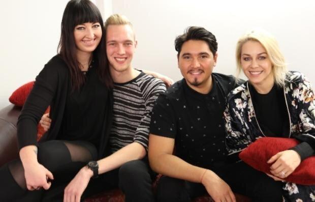Mandy (1. v. l.) und Patrick Luther (2. v. l.) begrüßen die prominenten Tanzprofis Erich Klann und Oana Nechiti erneut in ihrem Tanzstudio in Zwickau.