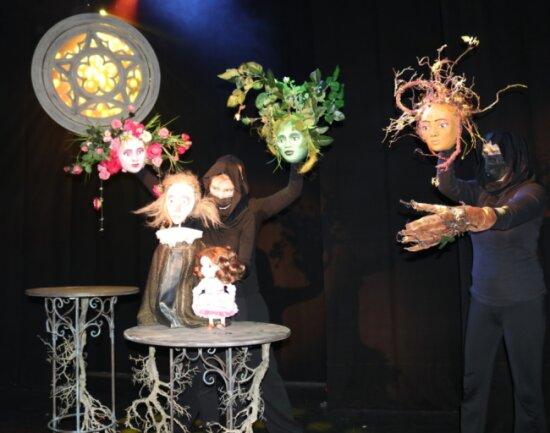 """Hanna Daniszewska, Laura Waltz und Sabine Weitzel im Puppenspiel """"Dornröschen"""", das vielleicht im Mai auf die Bühne kommt."""