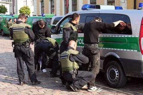 Mehrere Teilnehmer bewarfen Polizisten mit Flaschen und Steinen.