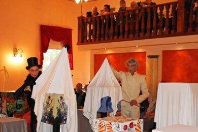 """Die Pantomime Hilmar Messenbrink und Susanne Weiß enthüllten die im Saal des """"Alten Schützenhauses"""" aufgestellten Würfel."""