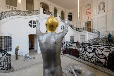 """Figuren des Künstlers Hartmut Bonk aus der Reihe """"Society apokalyptisch"""" stehen im Treppenhaus des Dresdner Stadtmuseums. Die städtischen Kunstsammlung haben zwei Hauptwerke aus dem Nachlass des sächsischen Künstlers (1939-2019) erhalten. Momentan empfangen aber Museen und Galerien allenfalls digital Gäste."""