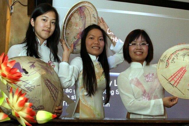 """<p class=""""artikelinhalt"""">Drei der Mitgestalter des vietnamesischen Abends (von links): Die WHZ-Studentinnen Van Anh Ta (20), Ngoc Nguyen Thi Bich (28) und Giang Le Thi Huong (23) im traditionellen Áo dài (langes Kleid) und mit dem Non la, dem flachen, kegelförmigen Hut, haben mit Informationen, Gesang, Tanz und landestypischen Speisen Werbung für ihre Heimat gemacht. </p>"""