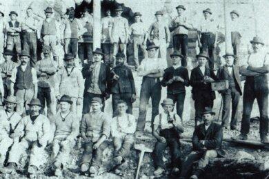 Die Arbeiter ließen sich 1900 vor dem Turm fotografieren.