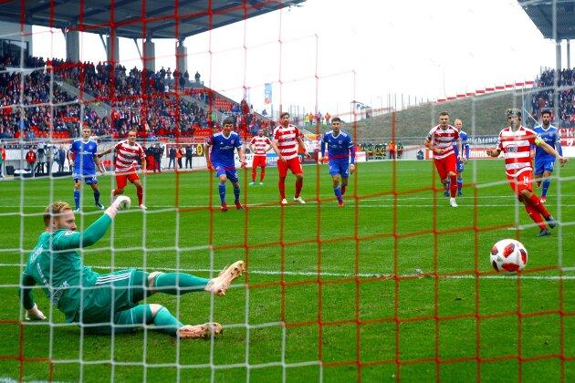 Toni Wachsmuth (Zwickau) überwindet Torhüter Lukas Königshofer zum 1:0 per Elfmeter.