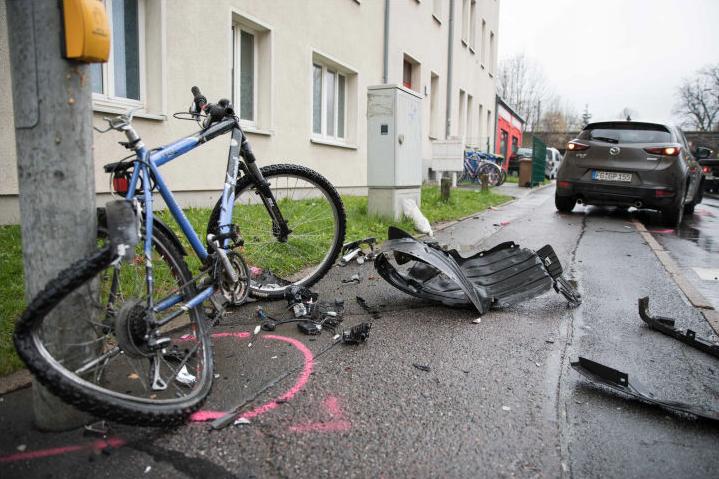 Darunter ein Kind: Drei Personen bei Unfall in Freiberg verletzt