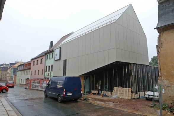 Noch wird am Karl-May-Haus-Depot in Hohenstein-Ernstthal gebaut. Der Termin für das geplante Bauende ist nicht zu halten.