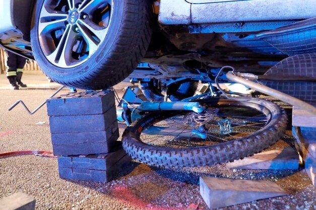 Eine Aufnahme vom Unfallort in Grüna: Die Radfahrerin wurde nach der Kollision unter dem Auto und unter dem Rad eingeklemmt. Ersthelfer hoben den Wagen an, um den Druck von ihrem Körper zu nehmen.