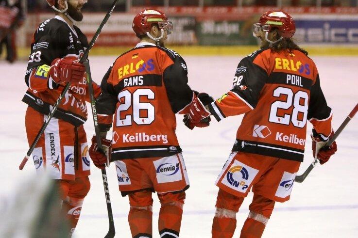 Lukas Vantuch (links) freut sich mit Timo Gams und Patrick Pohl über den Sieg im Heimspiel gegen Ravensburg. Durch die Personalnot kommt der Tscheche aktuell in der Abwehr zum Einsatz.