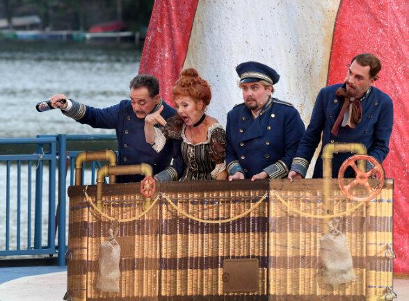 Von links auf dem weg zum Mond: Christian Härtig als August Lämmermeier. Susanne Engelhardt als Mathilde Pusebach, Johannes Pietzonka als Fritz Steppke und Frank Ernst als Wilhelm Pannecke.