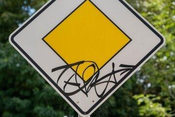 In Wechselburg wurden Verkehrszeichen verunstaltet.