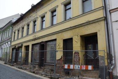 Das Haus an der Straße des Friedens 15 in Markneukirchen ist in Privatbesitz. Die Stadt ringt um eine Lösung für die Immobilie.