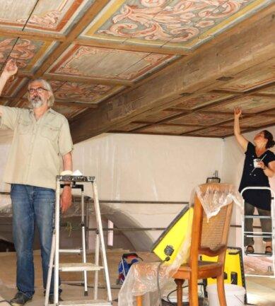 Hans-Jörg Brasche und seine Kollegin Martina König-Schilbach arbeiten derzeit in der Dorfkirche von Lauenhain.