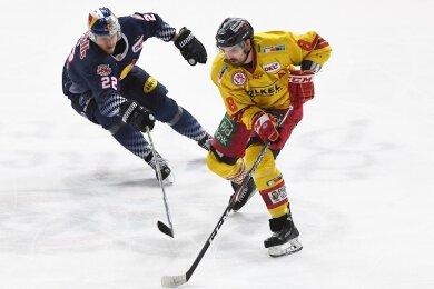 Marco Nowak (r.) streift in der Vorbereitungsphase das Trikot des Eishockey-Zweitligisten Eispiraten Crimmitschau über.