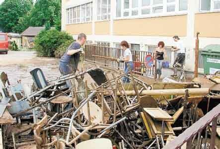 Schüler und Lehrer der Mittelschule Flöha entrümpelten den Keller des Gebäudes an der Lessingstraße. Alle Möbel sind unbrauchbar.