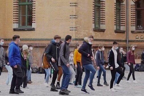 Schüler des Stollberger Carl-von-Bach-Gymnasiums bei der Jerusalema-Dance-Challenge.