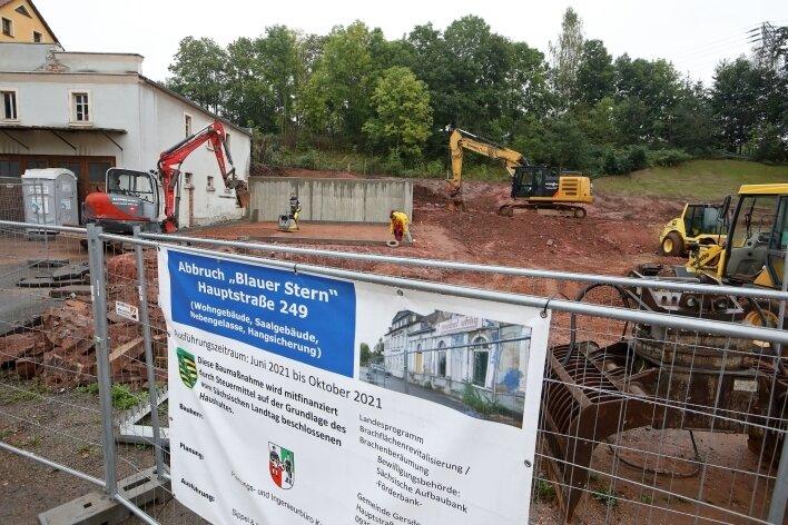 """Eine der großen Gersdorfer Investitionen in diesem Jahr war der Abriss desHotels """"Blauer Stern"""". Dort wird jetzt ein Park angelegt."""