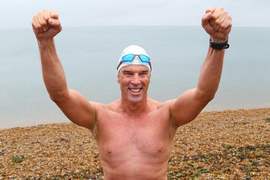"""Lewis Pugh kommt nach erfolgreicher Beendigung des """"Long Swim"""" am Shakespeare Beach in Dover an."""