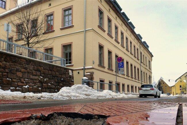 Vor der Grundschule ist ein nach oben ragendes Stück der kaputten Fahrbahnschwelle nun abgesägt worden.