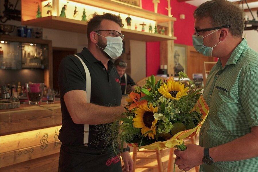 Bärensteins Bürgermeister Silvio Wagner (rechts) freute sich am Freitag mit Pächter Dennis Feist über den Neustart im Berghotel.