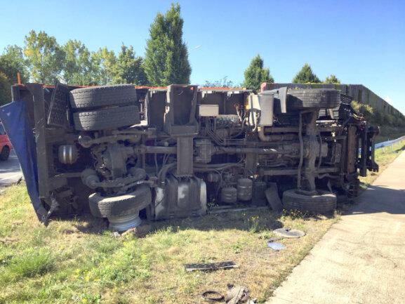 Nach einer Kollision auf A 4 bei Chemnitz kippte ein Lkw auf die Seite; dessen Fahrer wurde leicht verletzt.