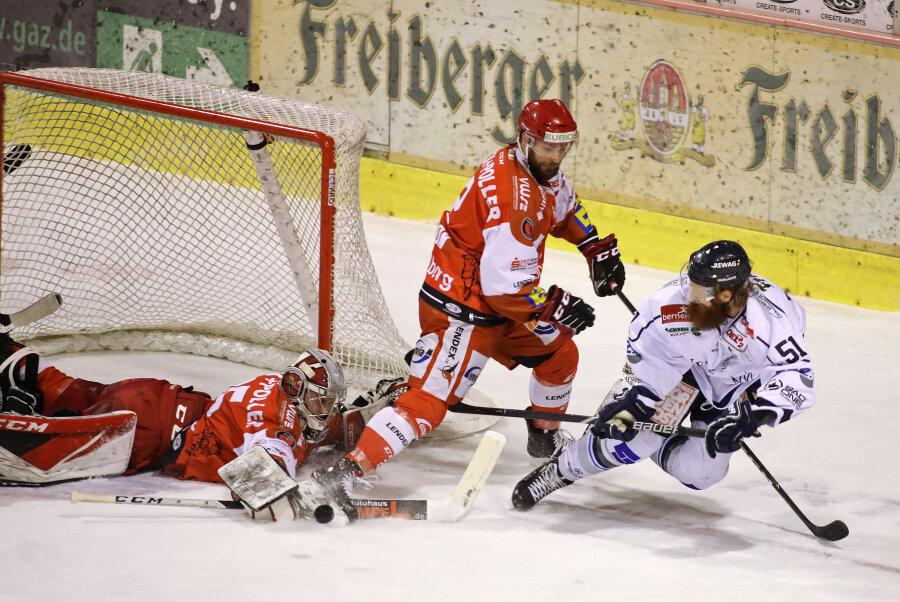 Thomas Pielmeier (Dresden) am Tor der Eispiraten gegen Brett Kilar und Carl Hudson.