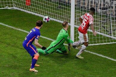 Leandro Barreiro Martins trifft zum 3:2 für Mainz. RB-Torhüter Peter Gulacsi sieht dabei nicht gut aus. Rechts Marcel Sabitzer.